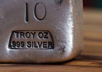 Detalle de un lingote de 10 gramos de plata