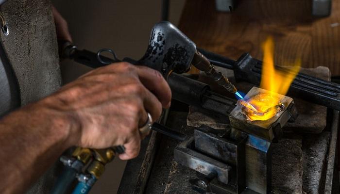 Proceso de fundición de metales preciosos en un crisol