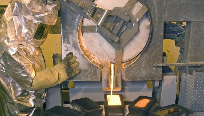 Fundición de lingotes en una refinería