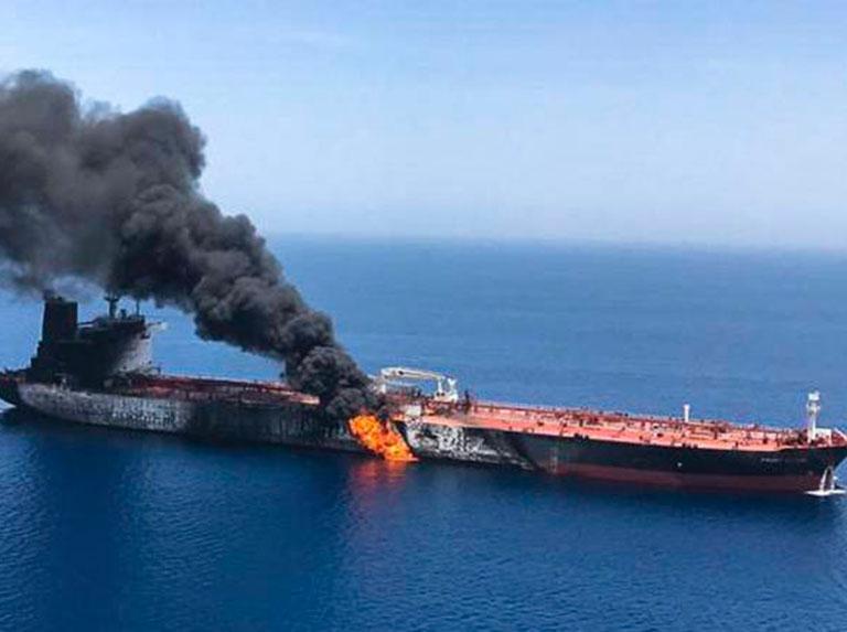 Petrolero en llamas en el conflicto del Golfo Pérsico