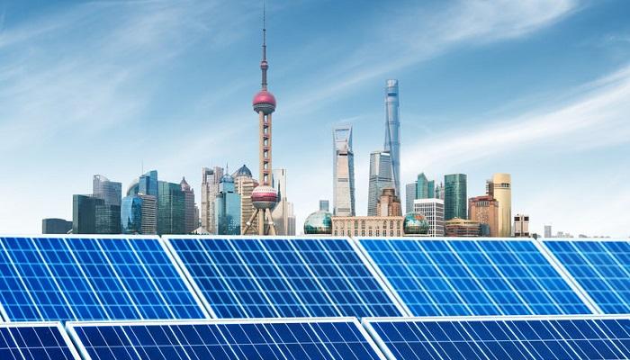 Paneles solares y skyline de Shanghai