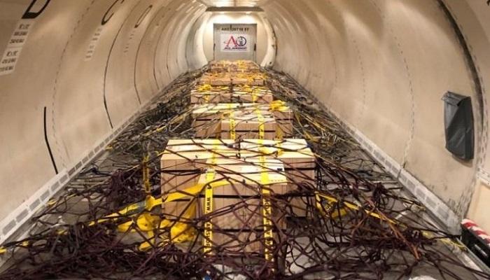 Cajas con lingotes de oro en el avión que las traslada a Polonia desde Londres