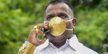 Shankar Kurhade con su mascarilla de oro