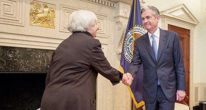 Janet Yellen, presidenta de la Reserva Federal, saluda a Jerome Powell, miembro del consejo