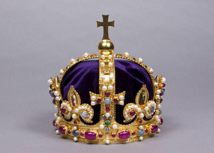 Réplica de la corona de Enrique VIII que se exhibe en el Palacio de Hampton Court