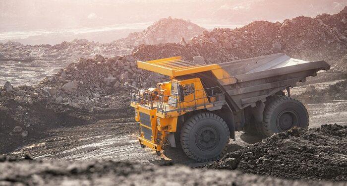 Camión en una mina de oro a cielo abierto