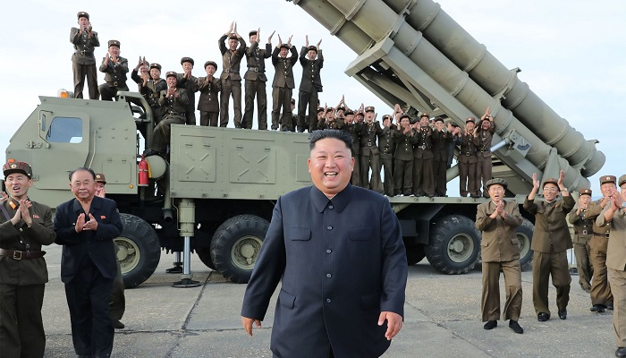 Kim Jong-un, delante de un lanzamisiles del ejército de Corea del Norte