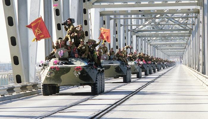 Tropas soviéticas entrando en territorio de Afganistán