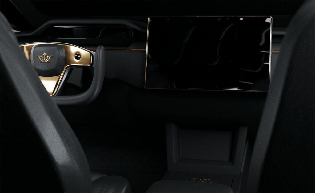 Interior del Tesla S decorado con oro