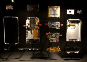 Las flechas rojas indican las partes de un teléfono móvil que contienen oro (Museo del Oro de Frankfurt)